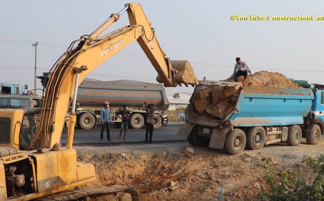Dump Truck Unloading Rock Not Out Assisted by Excavator ឡានប៊ែនចាក់ថ្មមិនចេញ